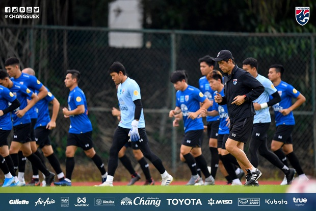 Cầu thủ Thái Lan từng bị thẻ đỏ khi đối đầu Việt Nam cầu nguyện giống hệt HLV Park Hang-seo trước khi tập luyện - Ảnh 10.