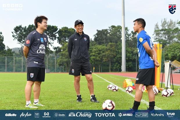Cầu thủ Thái Lan từng bị thẻ đỏ khi đối đầu Việt Nam cầu nguyện giống hệt HLV Park Hang-seo trước khi tập luyện - Ảnh 6.