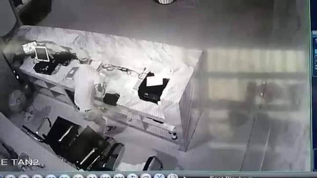 Bị câm điếc bẩm sinh nhưng lại nghiện đi bar, thanh niên liên tục đột nhập tiệm massage để trộm tiền - Ảnh 2.