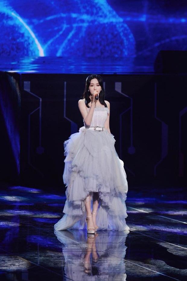 Màn xuất hiện hoành tráng nhất sóng truyền hình: Tần Lam gây sốt với chiếc váy siêu ảo diệu phá đảo cả Weibo - Ảnh 2.