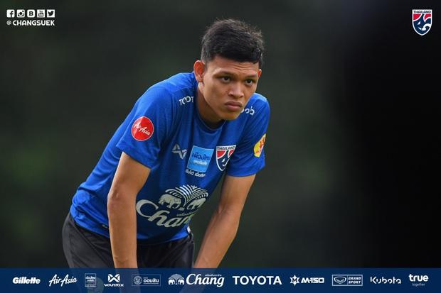 Cầu thủ Thái Lan từng bị thẻ đỏ khi đối đầu Việt Nam cầu nguyện giống hệt HLV Park Hang-seo trước khi tập luyện - Ảnh 3.