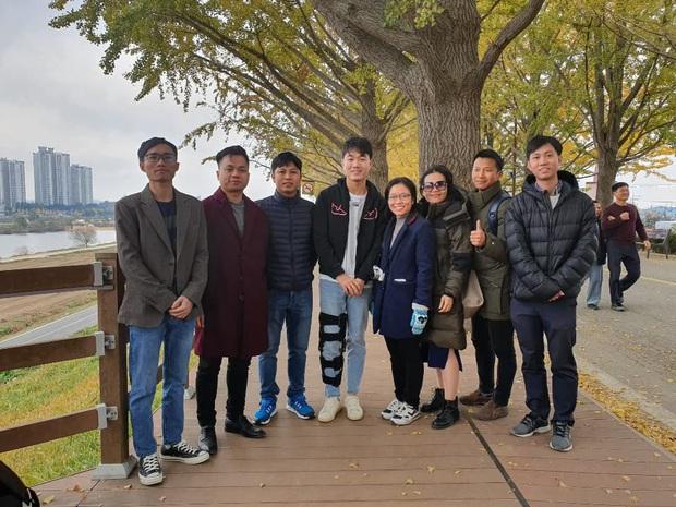 Bắt gặp Xuân Trường chống nạng đi dạo trên con đường cây mùa thu đẹp nhất Hàn Quốc - Ảnh 2.