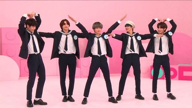 Ơn giời, cuối cùng Bighit cũng để cho em trai BTS thể hiện khả năng giải trí khi đi show ngoài! - Ảnh 4.