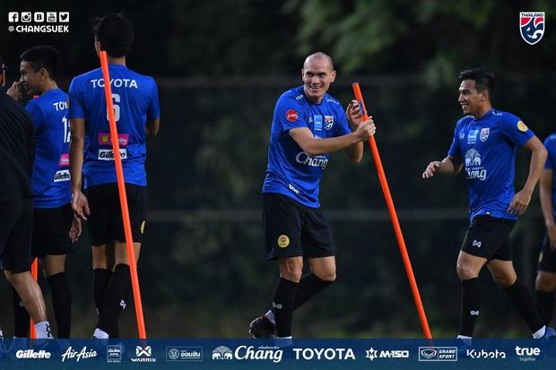 Cầu thủ Thái Lan từng bị thẻ đỏ khi đối đầu Việt Nam cầu nguyện giống hệt HLV Park Hang-seo trước khi tập luyện - Ảnh 9.