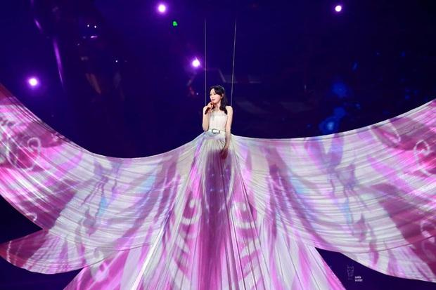 Màn xuất hiện hoành tráng nhất sóng truyền hình: Tần Lam gây sốt với chiếc váy siêu ảo diệu phá đảo cả Weibo - Ảnh 6.