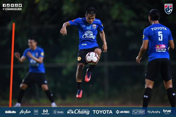 Cầu thủ Thái Lan từng bị thẻ đỏ khi đối đầu Việt Nam cầu nguyện giống hệt HLV Park Hang-seo trước khi tập luyện - Ảnh 7.