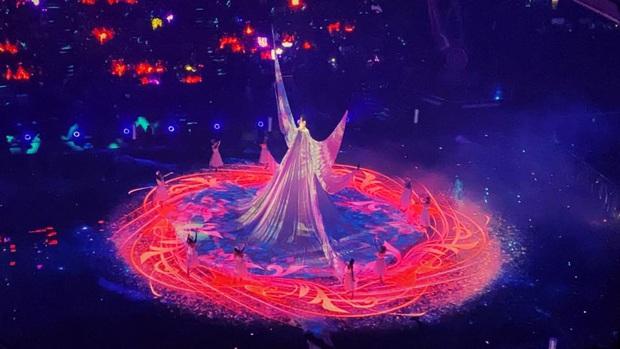 Màn xuất hiện hoành tráng nhất sóng truyền hình: Tần Lam gây sốt với chiếc váy siêu ảo diệu phá đảo cả Weibo - Ảnh 7.