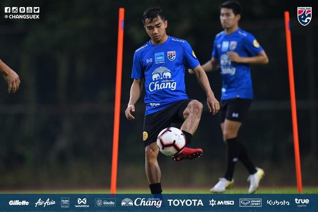 Cầu thủ Thái Lan từng bị thẻ đỏ khi đối đầu Việt Nam cầu nguyện giống hệt HLV Park Hang-seo trước khi tập luyện - Ảnh 5.