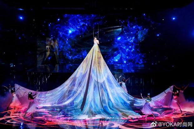 Màn xuất hiện hoành tráng nhất sóng truyền hình: Tần Lam gây sốt với chiếc váy siêu ảo diệu phá đảo cả Weibo - Ảnh 8.