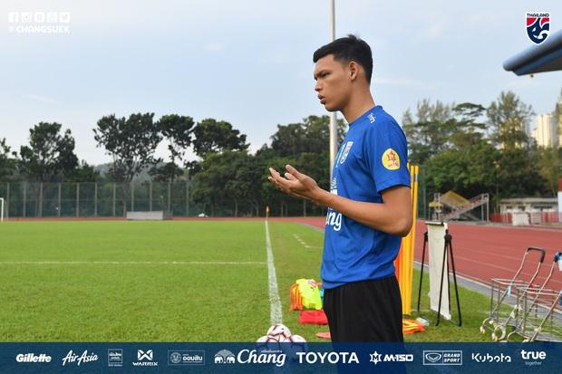 Cầu thủ Thái Lan từng bị thẻ đỏ khi đối đầu Việt Nam cầu nguyện giống hệt HLV Park Hang-seo trước khi tập luyện - Ảnh 1.