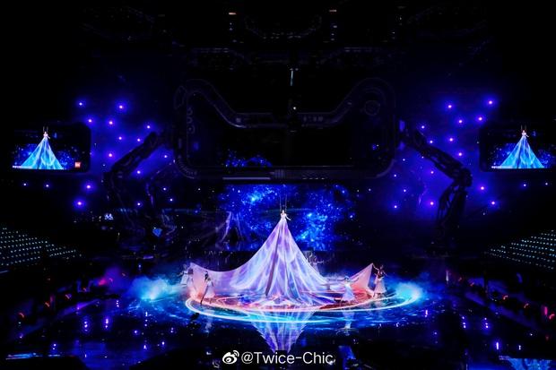 Màn xuất hiện hoành tráng nhất sóng truyền hình: Tần Lam gây sốt với chiếc váy siêu ảo diệu phá đảo cả Weibo - Ảnh 9.