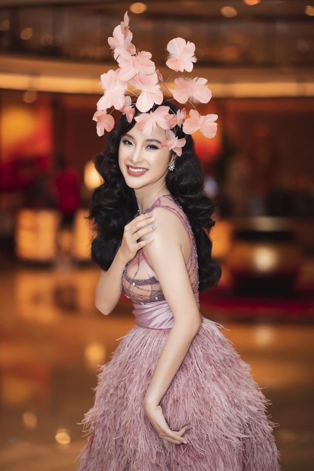 Lâu lắm mới dự sự kiện, Angela Phương Trinh giữ vững vị trí nữ hoàng thảm đỏ với màn đội cả rừng hoa lộng lẫy - Ảnh 1.