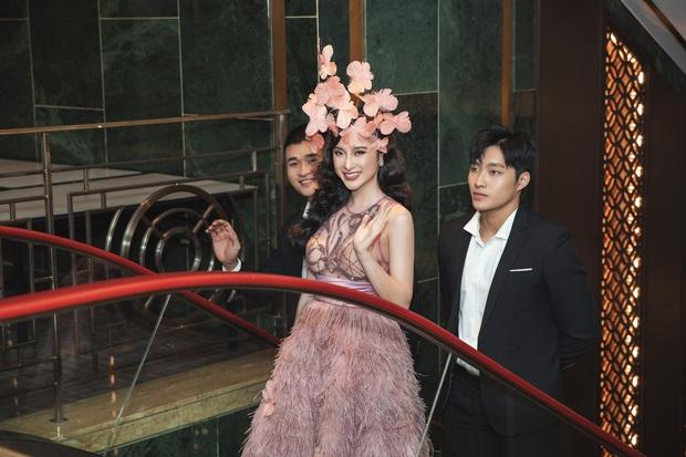 Lâu lắm mới dự sự kiện, Angela Phương Trinh giữ vững vị trí nữ hoàng thảm đỏ với màn đội cả rừng hoa lộng lẫy - Ảnh 13.