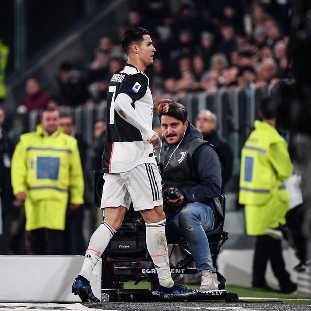 Biến căng: Bị thay ra giữa chừng, Ronaldo rời khỏi sân khi trận đấu chưa kết thúc, quên luôn hành động quen thuộc trên trang cá nhân - Ảnh 3.