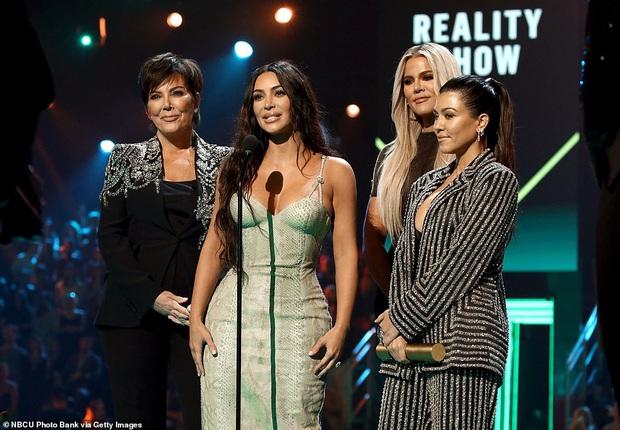 Siêu vòng 3 Kim Kardashian lột xác tại thảm đỏ PCAs sau khi giảm 8kg, body đỉnh cao và không còn quá xôi thịt - Ảnh 7.