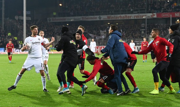 Cầu thủ Đức húc HLV đối thủ nằm ngã sóng soài trên sân, châm ngòi cho cuộc ẩu đả dữ dội - Ảnh 3.