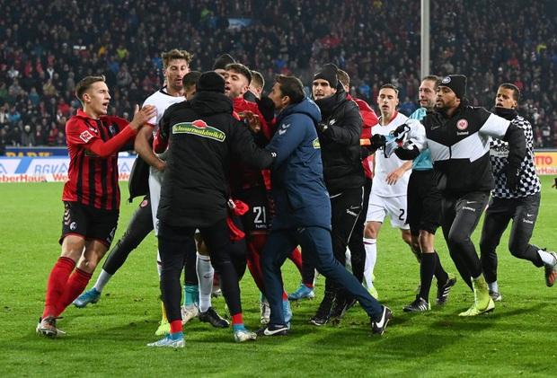 Cầu thủ Đức húc HLV đối thủ nằm ngã sóng soài trên sân, châm ngòi cho cuộc ẩu đả dữ dội - Ảnh 4.