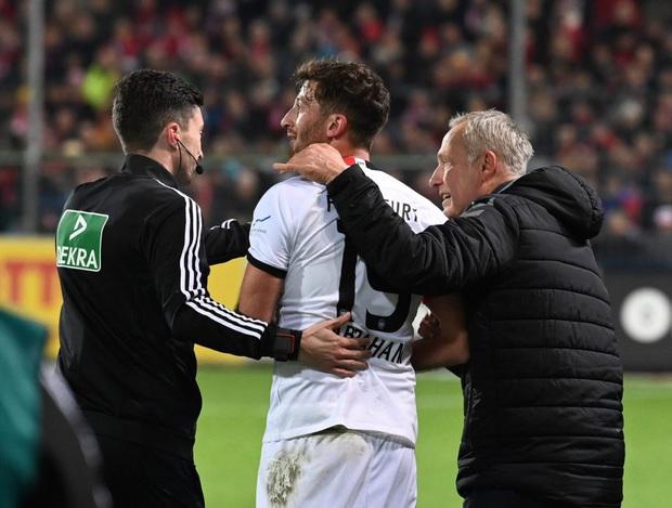 Cầu thủ Đức húc HLV đối thủ nằm ngã sóng soài trên sân, châm ngòi cho cuộc ẩu đả dữ dội - Ảnh 5.