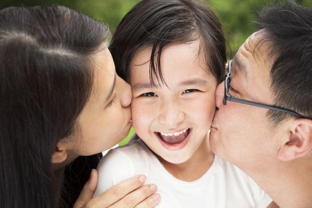 Ngày đầu đi học về, bố hài hước trêu cô giáo hay mẹ đẹp hơn, câu trả lời của con gái 3 tuổi được ngợi khen là có chính kiến - Ảnh 2.