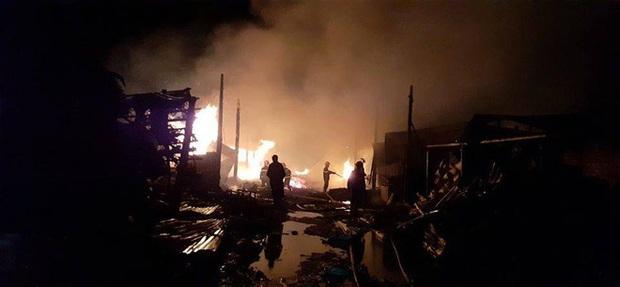 9 lò than bốc cháy ngùn ngụt, hơn 50 chiến sĩ cảnh sát chữa cháy thâu đêm - Ảnh 2.