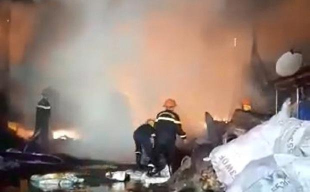 9 lò than bốc cháy ngùn ngụt, hơn 50 chiến sĩ cảnh sát chữa cháy thâu đêm - Ảnh 1.