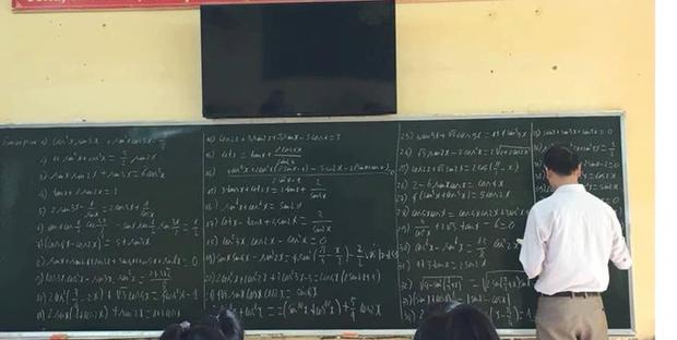 Vui sướng vì cô giáo bảo tiết này chỉ cần làm một bài tập, học trò vô tư nói chuyện cho đến khi nhìn lên bảng thấy cái đề thì... hết cả hồn - Ảnh 5.