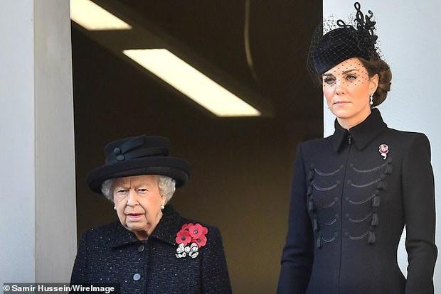 Meghan Markle copy nguyên xi hình mẫu của Công nương Diana trong sự kiện mới nhất, bị chỉ trích lạm dụng hình ảnh mẹ chồng quá cố - Ảnh 1.