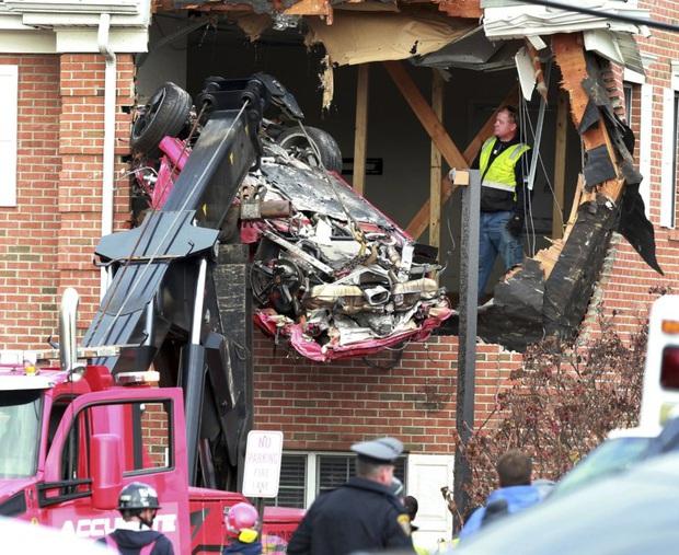 Chiếc Porsche mất lái đâm thẳng lên tầng 2 của một ngôi nhà, khiến 2 người trẻ tuổi trong xe tử vong - Ảnh 2.