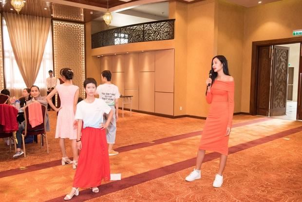 Hoàng Thùy nắm tay bệnh nhân ung thư sải bước trên sàn catwalk - Ảnh 6.