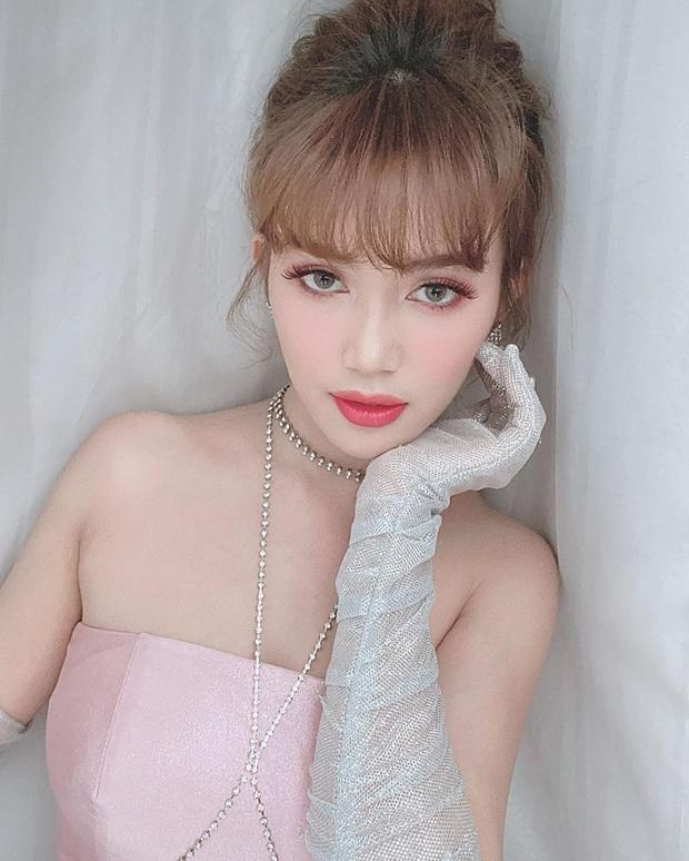 Makeup kiểu búp bê, Sĩ Thanh được khen giống cả Lisa (Black Pink) lẫn... BB Trần - Ảnh 1.