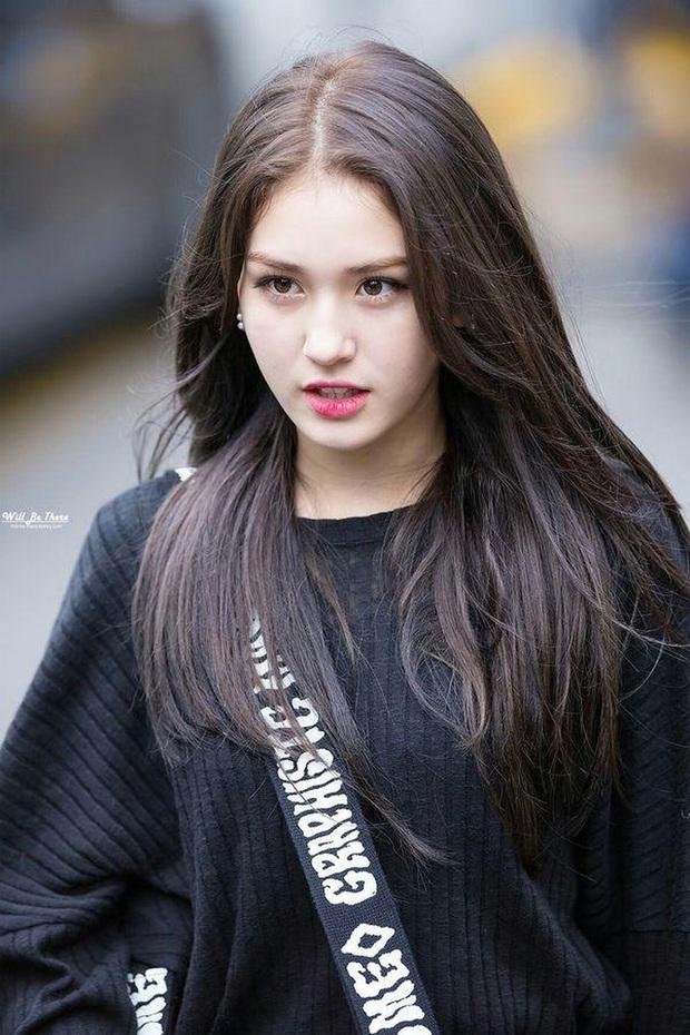 Tuổi trẻ tài cao như hội idol Kpop 2k1 chuẩn bị thi Đại học: Toàn tân binh khủng long, riêng Jeon Somi đã làm center quốc dân năm 15 tuổi - Ảnh 1.
