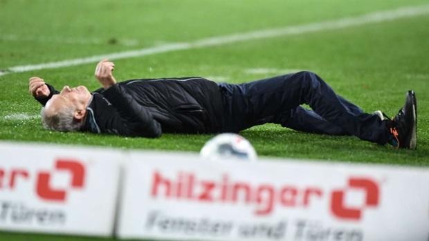 Cầu thủ Đức húc HLV đối thủ nằm ngã sóng soài trên sân, châm ngòi cho cuộc ẩu đả dữ dội - Ảnh 2.