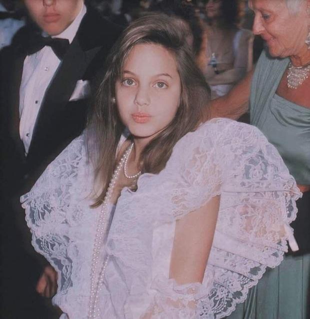 Choáng với nhan sắc Tiên hắc ám Angelina Jolie hồi 11 tuổi: Vẫn biết là đẹp nhưng ai ngờ đẹp đến mức này? - Ảnh 2.