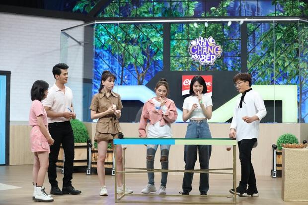 Mặc kệ đang quay gameshow, Hari Won vẫn đứng bóc trứng ăn ngon lành - Ảnh 4.
