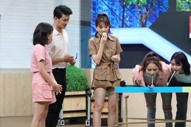 Mặc kệ đang quay gameshow, Hari Won vẫn đứng bóc trứng ăn ngon lành - Ảnh 5.