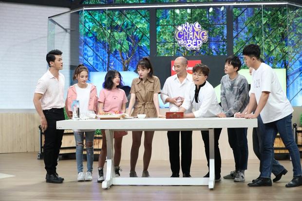 Mặc kệ đang quay gameshow, Hari Won vẫn đứng bóc trứng ăn ngon lành - Ảnh 2.