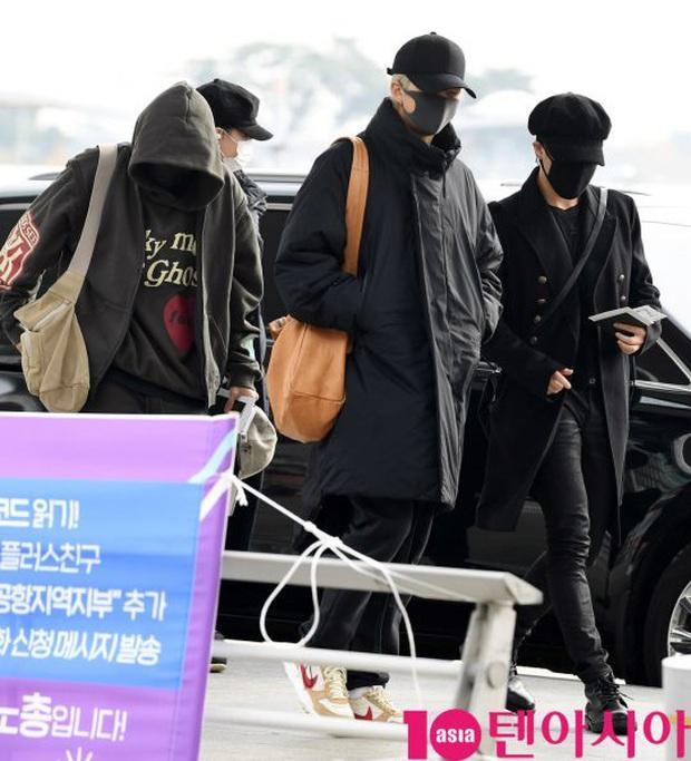 Jungkook lần đầu xuất hiện sau scandal gây tai nạn, Jin thẫn thờ cùng các thành viên BTS đổ bộ sân bay - Ảnh 1.