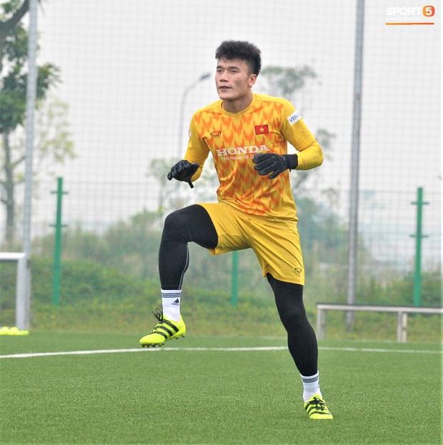 Bùi Tiến Dũng đánh đầu bằng bóng siêu to khổng lồ, nhóm thủ môn U22 Việt Nam thích thú với dụng cụ tập lạ - Ảnh 11.