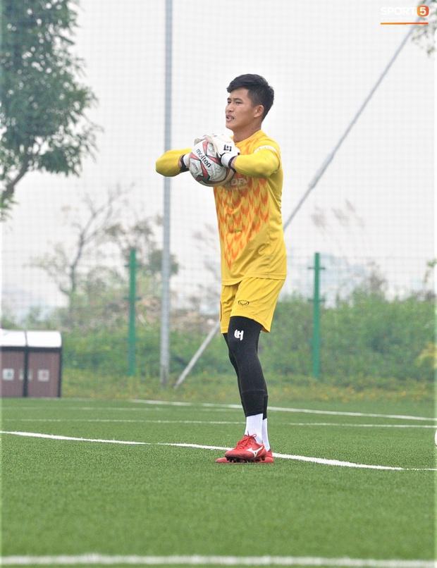 Bùi Tiến Dũng đánh đầu bằng bóng siêu to khổng lồ, nhóm thủ môn U22 Việt Nam thích thú với dụng cụ tập lạ - Ảnh 14.