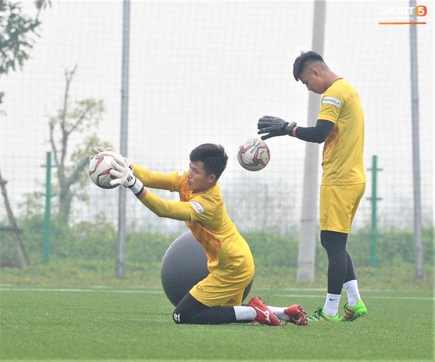 Bùi Tiến Dũng đánh đầu bằng bóng siêu to khổng lồ, nhóm thủ môn U22 Việt Nam thích thú với dụng cụ tập lạ - Ảnh 12.