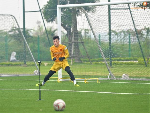 Bùi Tiến Dũng đánh đầu bằng bóng siêu to khổng lồ, nhóm thủ môn U22 Việt Nam thích thú với dụng cụ tập lạ - Ảnh 9.