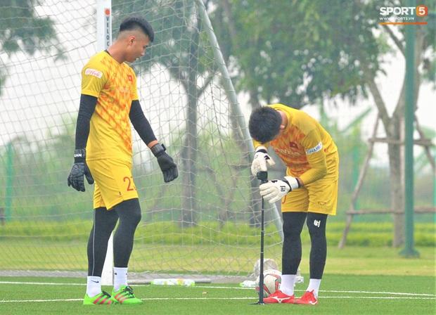 Bùi Tiến Dũng đánh đầu bằng bóng siêu to khổng lồ, nhóm thủ môn U22 Việt Nam thích thú với dụng cụ tập lạ - Ảnh 10.