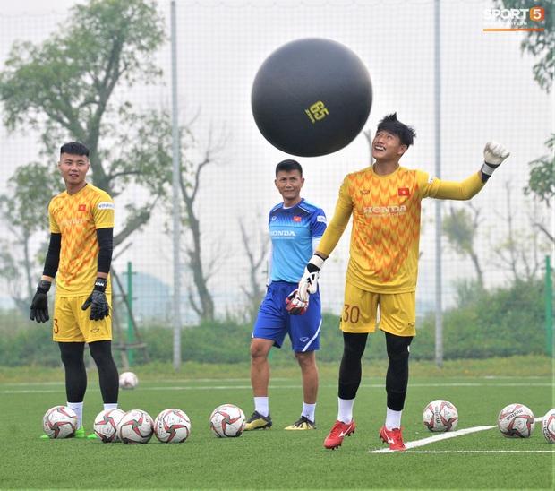 Bùi Tiến Dũng đánh đầu bằng bóng siêu to khổng lồ, nhóm thủ môn U22 Việt Nam thích thú với dụng cụ tập lạ - Ảnh 4.