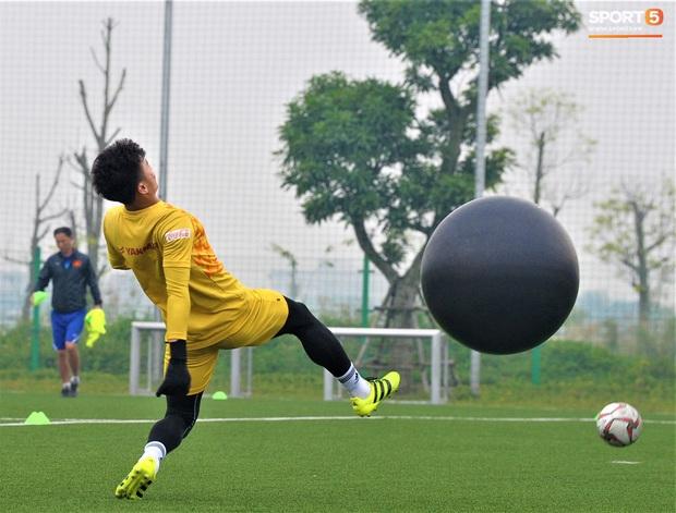 Bùi Tiến Dũng đánh đầu bằng bóng siêu to khổng lồ, nhóm thủ môn U22 Việt Nam thích thú với dụng cụ tập lạ - Ảnh 5.