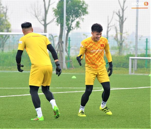 Bùi Tiến Dũng đánh đầu bằng bóng siêu to khổng lồ, nhóm thủ môn U22 Việt Nam thích thú với dụng cụ tập lạ - Ảnh 15.