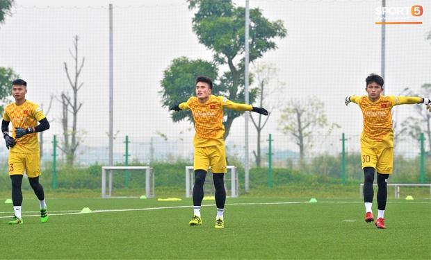 Bùi Tiến Dũng đánh đầu bằng bóng siêu to khổng lồ, nhóm thủ môn U22 Việt Nam thích thú với dụng cụ tập lạ - Ảnh 2.