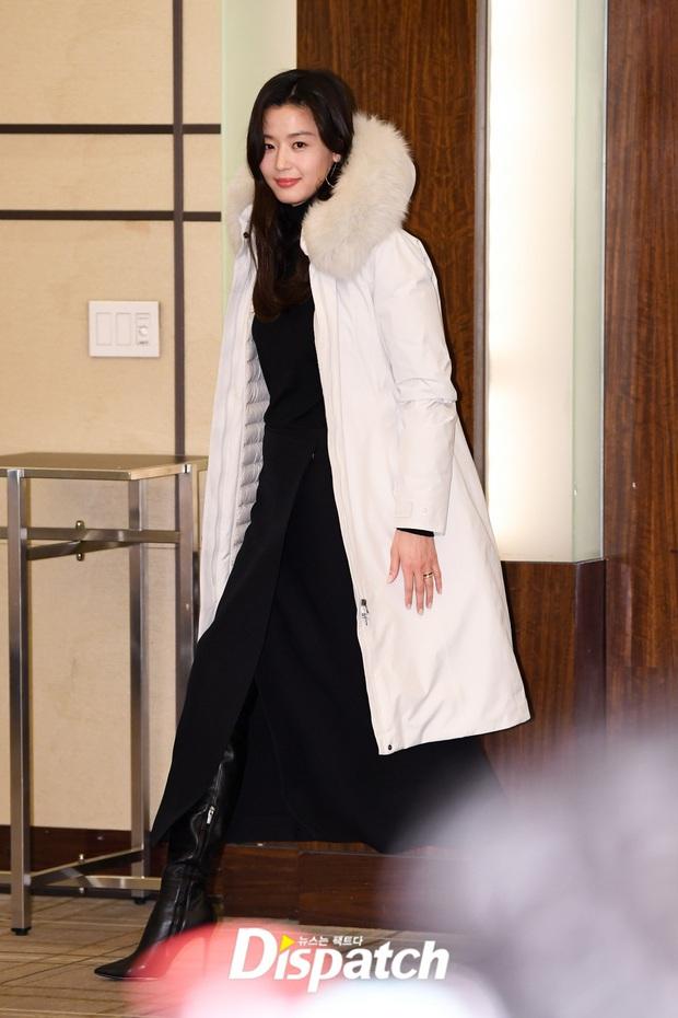Đỉnh như mợ chảnh Jeon Ji Hyun dự sự kiện: U40, mẹ 2 con và còn lộ nọng cằm mà vẫn đẹp bất chấp - Ảnh 1.
