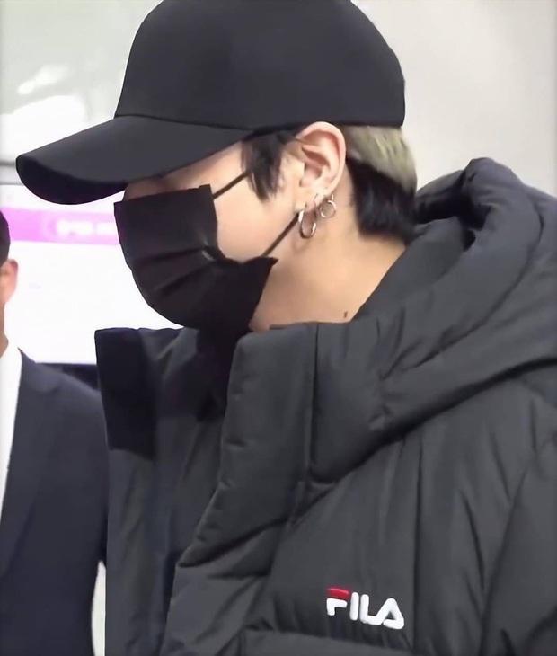 Jungkook lần đầu xuất hiện sau scandal gây tai nạn, Jin thẫn thờ cùng các thành viên BTS đổ bộ sân bay - Ảnh 13.