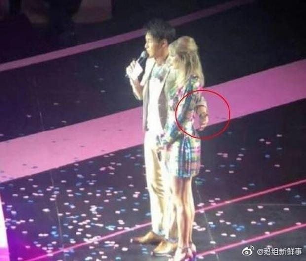 MC xứ Trung bị tố liên tục lợi dụng động chạm cơ thể Taylor Swift, phải đứng ra xin lỗi vì làn sóng phẫn nộ quá lớn - Ảnh 5.