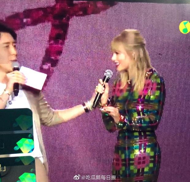 MC xứ Trung bị tố liên tục lợi dụng động chạm cơ thể Taylor Swift, phải đứng ra xin lỗi vì làn sóng phẫn nộ quá lớn - Ảnh 3.